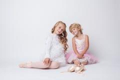 Reizende kleine Ballerinen, die im Studio aufwerfen Stockbilder