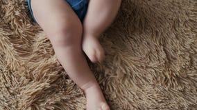 Reizende kleine Hand und Beine des Babys schließen oben auf Bett stock video