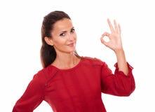Reizende lateinische Dame mit guter Jobgeste stockfotografie