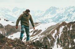Reizende Mens alleen wandeling in de overlevingsconcept van de bergenlevensstijl royalty-vrije stock fotografie
