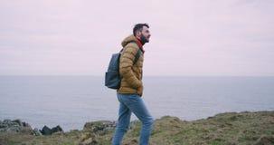 Reizende mens in het midden van klippen met verbazend landschap, reist hij alleen het lopen door de grote rotsen stock videobeelden