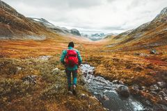 Reizende Mensentoerist die met rugzak in bergen wandelen Royalty-vrije Stock Foto