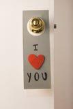 Reizende Mitteilung des Valentinstags, die an einer Tür hängt Stockfotos