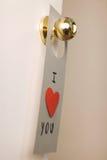 Reizende Mitteilung des Valentinstags, die an einer Tür hängt Lizenzfreies Stockfoto