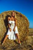 Reizende Modefrau nahe Heustapel Lizenzfreies Stockbild