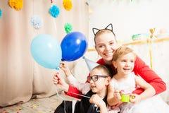 Reizende Mutter mit ihren Kindern lizenzfreie stockfotos