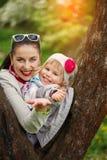 Reizende Mutter und Tochter des Porträts in warmem sonnigem Stockfotografie