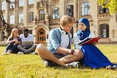 Reizende neugierige Studenten, die zusammen neue Sachen lernen Lizenzfreies Stockfoto