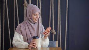 Reizende Ostfrau in einem Café stock footage