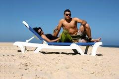 Reizende Paare auf dem Strand Lizenzfreies Stockbild
