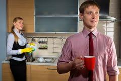 Reizende Paare auf Küche lizenzfreies stockfoto