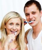 Reizende Paare, die ihre Zähne säubern Stockfotos