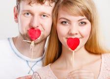 Reizende Paare, die ihren Mund auswendig bedecken Stockfoto