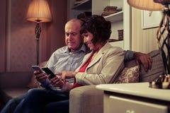 Reizende Paare, die miteinander in Verbindung stehen Stockfoto