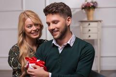 Reizende Paare, die St. Valentine Day warten Lizenzfreies Stockbild