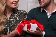 Reizende Paare, die St. Valentine Day warten Lizenzfreie Stockbilder