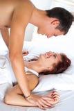 Reizende Paare im Bett Stockfotografie