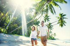 Reizende Paare im Strand-Paradies Lizenzfreie Stockfotos