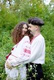 Reizende Paare im ukrainischen nationalen Kostüm stockfotos