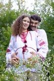 Reizende Paare im ukrainischen nationalen Kostüm stockbilder