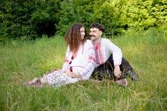 Reizende Paare im ukrainischen nationalen Kostüm lizenzfreies stockbild