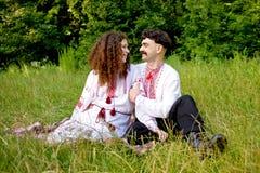 Reizende Paare im ukrainischen nationalen Kostüm lizenzfreies stockfoto