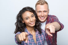 Reizende Paare lokalisiert auf Grau Stockfoto