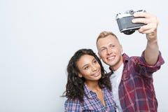 Reizende Paare lokalisiert auf Grau Lizenzfreies Stockfoto