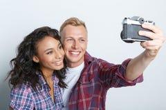 Reizende Paare lokalisiert auf Grau Stockfotografie