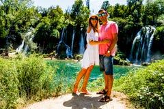 Reizende Paare nahe Kravice-Wasserfall Bosnien Stockbilder