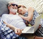 Reizende reife Paare auf romantischen Ferien lizenzfreie stockfotos