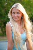 Reizende schöne blonde Frau gegen sonniges im Freien lizenzfreies stockfoto