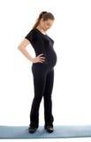 Reizende schwangere Frau im schwarzen Ausarbeiten Stockbilder