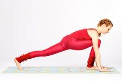 Reizende sportliche Frau, die Übung ausdehnend tut Lizenzfreies Stockbild