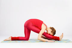 Reizende sportliche Frau, die Übung ausdehnend tut Lizenzfreies Stockfoto