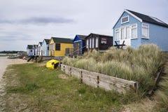 Reizende Strandhütten auf Sanddünen und Strand gestalten landschaftlich Lizenzfreies Stockbild