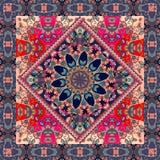 Reizende Tischdecke mit Mandala und dekorative Grenze auf Blumenhintergrund Lizenzfreie Stockfotografie