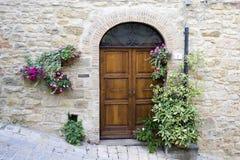 Reizende toskanische Türen Stockbild