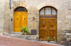 Reizende toskanische Türen Stockfotos