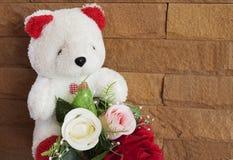 Reizende Valentinsgrußrose und -bär mit Weinleseart lizenzfreies stockbild