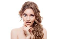 Reizende verwirrte Frau auf weißem Hintergrund Stockfotografie