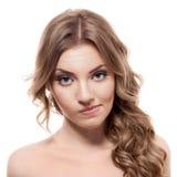 Reizende verwirrte Frau auf weißem Hintergrund Lizenzfreie Stockfotos
