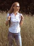 Reizende vrouw die met rugzak alpiene weide bij zonnige dag bekijken royalty-vrije stock afbeeldingen