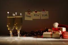 Reizende Weihnachtszusammensetzung Das guten Rutsch ins Neue Jahr-Zeichen hängt am Seil Stockbilder