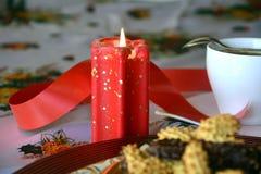 Reizender Abschluss herauf Bild von Weihnachtsplätzchen mit Kaffeetasse Stockfotografie