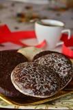 Reizender Abschluss herauf Bild von Weihnachtsplätzchen mit Kaffeetasse Stockfotos