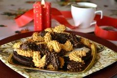 Reizender Abschluss herauf Bild von Weihnachtsplätzchen mit Kaffeetasse Lizenzfreie Stockbilder