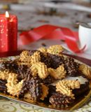 Reizender Abschluss herauf Bild von Weihnachtsplätzchen mit Kaffeetasse Stockfoto
