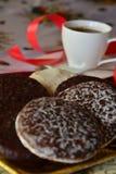 Reizender Abschluss herauf Bild von Weihnachtsplätzchen und -Tasse Kaffee Lizenzfreie Stockfotografie