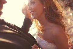 Reizender Bräutigam und Braut draußen an einem sonnigen Tag Lizenzfreies Stockbild